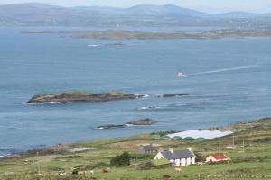 04. De ferry in 'Roaring Water Bay'